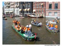 Boats on the Amstel with people celebrating the good weather ;-)